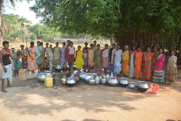 मंत्री लुईस मरांडी के विधानसभा क्षेत्र में डोभा के पानी से प्यास बुझा रहे ग्रामीण