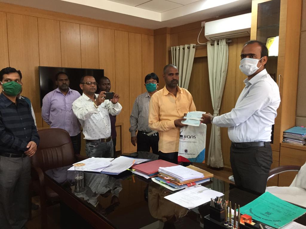 केरोसिन तेल दुर्घटना के मृतकों के परिजनों को उपायुक्त ने सौंपी मुआवजा राशि,4-4 लाख रु का दिया गया चेक