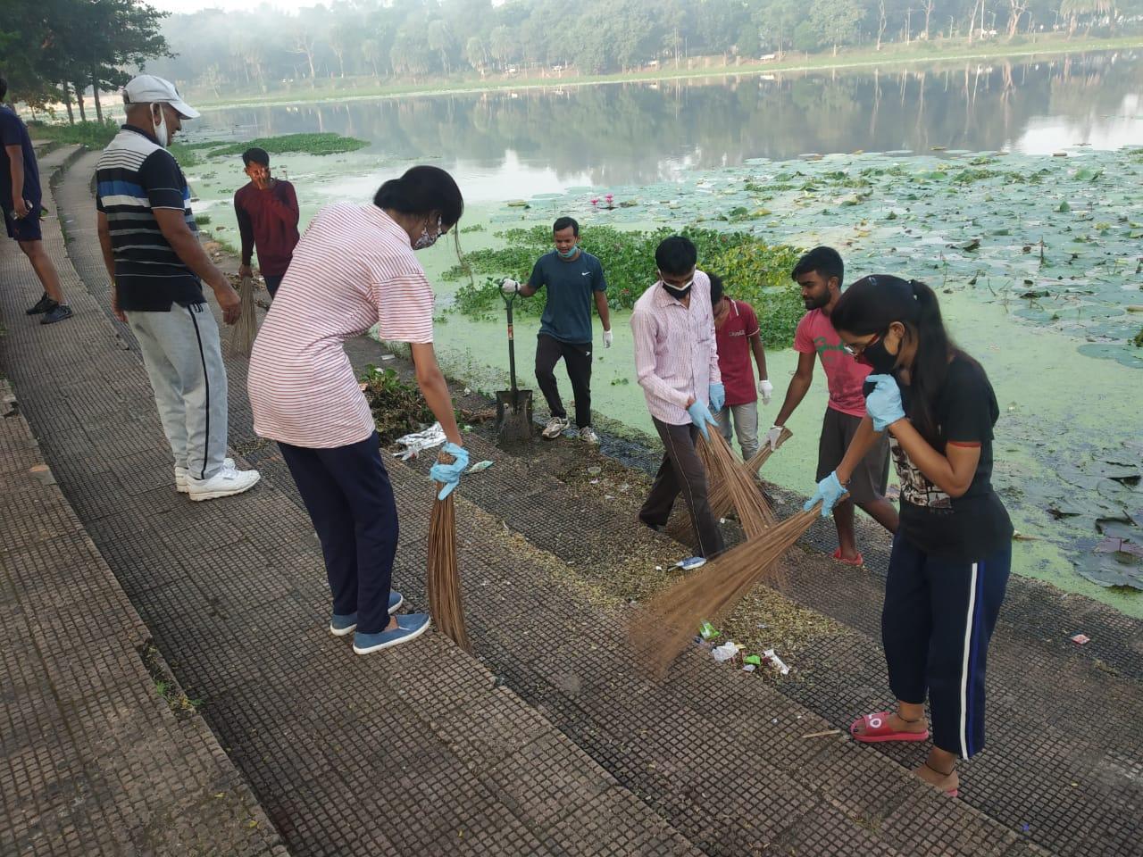 तैराकी संघ व सामाजिक कार्यकर्ताओं ने की झील परिसर की सफाई