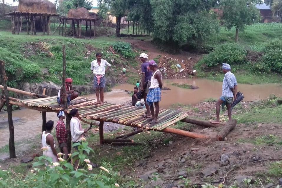 मानव विकास संस्था के प्रयास से ग्रामीणों ने बनाया लकड़ी व बांस का पूल