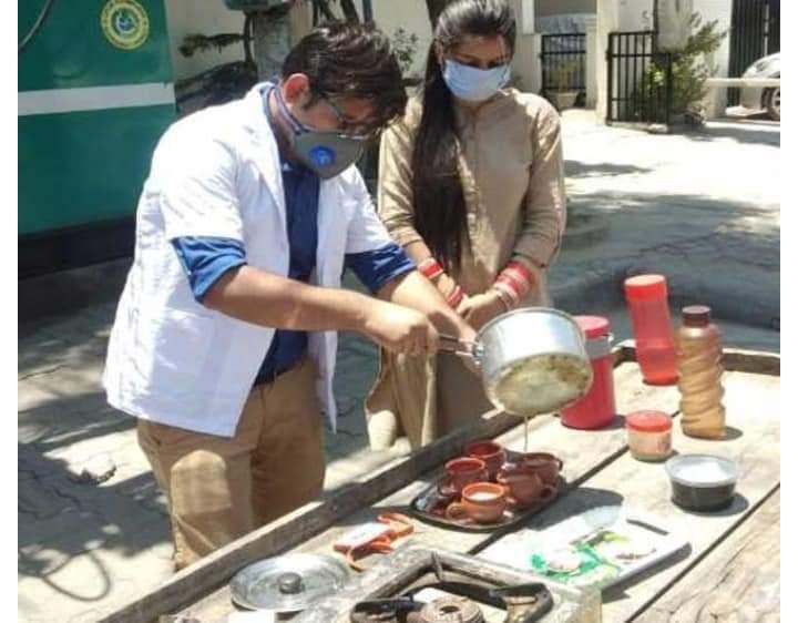 अस्पताल प्रबंधन ने लॉक डाउन के दौरान सैलरी रोकी तो डॉक्टर ने चाय की दुकान लगाई