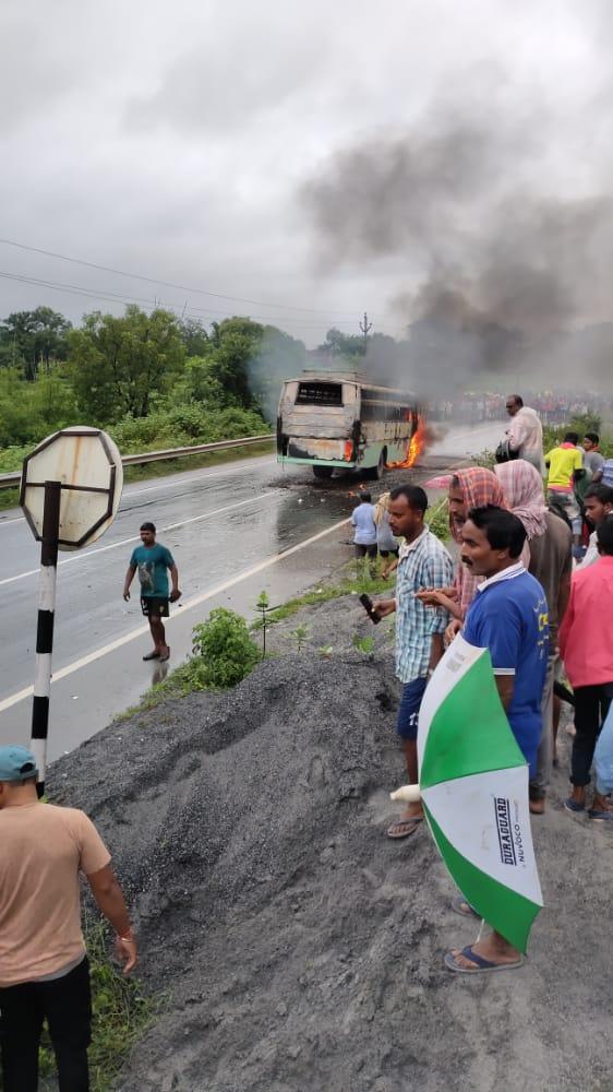 वैगनआर और यात्री बस में भीषण टक्कर 5 लोग जिंदा जले