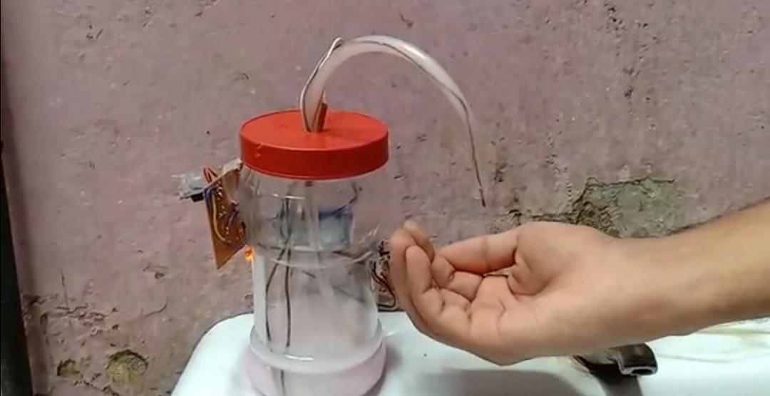 हजारीबाग के अक्षत ने ऑटोमेटिक सोप डिस्पेंसर बनाया है